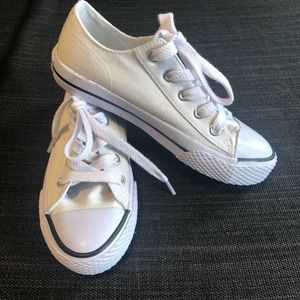 Girls size 12 1/2 White Airwalk Runners Sneakers